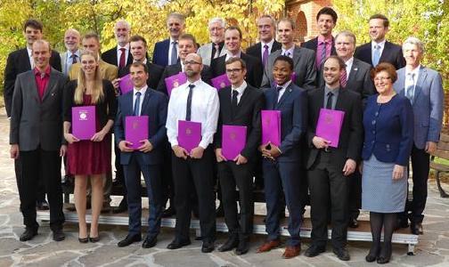 Absolventen des Fachbereichs Theologie mit Dozenten (© Foto: Holger Teubert/APD)