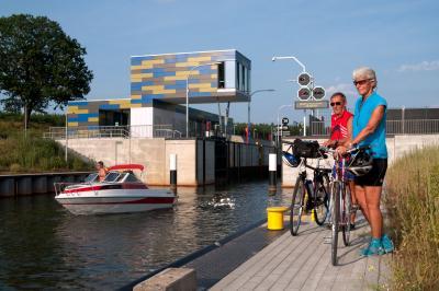 Radler an Schleuse / Quelle: Tourismusverband Lausitzer Seenland, Nada Quenzel