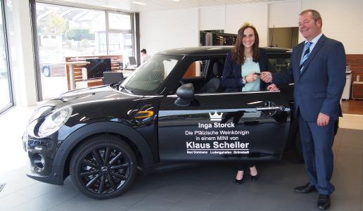 Klaus Scheller übergibt Inga Storck den Autoschlüssel