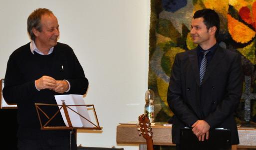 Hauptinitiator und Musiktherapeut Wolfgang Bossinger (links) sowie Prof. Dr. Nenad Vasic (rechts im Bild), Ärztlicher Direktor des Klinikums Christophsbad, freuten sich über das Jubiläum sowie die zahlreichen Gratulanten und Teilnehmer