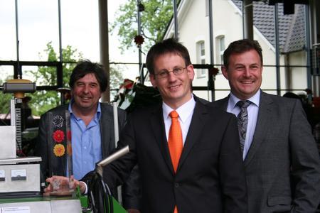 """Ausgezeichnet: Die Entwickler des BoniRob freuen sich über dessen Prämierung durch die Initiative """"365 Orte im Land der Ideen"""" (von links): Prof. Dr. Arno Ruckelshausen (HS Osnabrück), Dr. Florian Rahe (Amazone), Ralf Donath (Bosch)"""