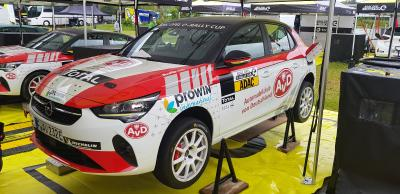 AvD Opel Corsa-e Rally für Service aufgebockt