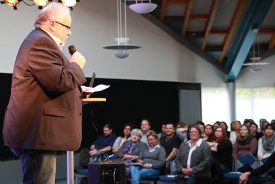 Schulleiter Holger Arnold lud das Publikum zum Fachtag ein / Foto: Gaby Richter
