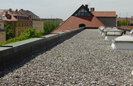 Die Bekiesung des Flachdachs ist eine Windsogsicherung und Schutz vor der UV-Einstrahlung auf die Dachaußenhaut.