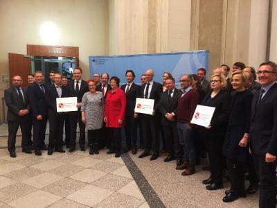 Bundeswirtschaftsministerin Brigitte Zypries überreichte am 4. Dezember 2017 in Berlin den Fördermittelbescheid. (2.v.l.: Prof. Dr. Carsten Kunkel | 6.v.l.: Dr. Frank Hartmann) / Fotograf / Quelle: BITMi