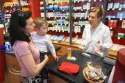 In der Apotheke erhalten AOK-versicherte Frauen jetzt auch fachkundige Auskunft über die optimale Arzneimittelversorgung während der Schwangerschaft, (Foto: ABDA)