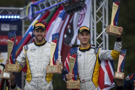 Überragender Saisonabschluss: Opel ADAM R2-Pilot Christopher Ingram (rechts) und Copilot Ross Whittock sind die Sieger der Rallye Liepāja-Ventspils und sichern sich so den Titel der Rallye-Junior-Europameisterschaft 2017