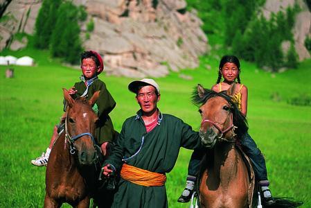 Reitende Kinder in der Mongolei