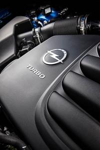 Der Zweiliter-Turbo-Direkteinspritzer aus Vollaluminium im Astra OPC beeindruckt nicht nur mit dem Spitzenwert von 280 PS und entsprechendem Drehmoment von 200 Nm pro Liter, sondern weist mit dieser Leistungsausbeute die Konkurrenz selbst aus dem Segment der Supersportler in die Schranken. Dabei stellt das Kraftpaket sein maximales Drehmoment bereits bei 2.450 min-1 zur Verfügung und hält dieses Niveau bis knapp 5.000 min-1 – Power satt für jede Fahrsituation