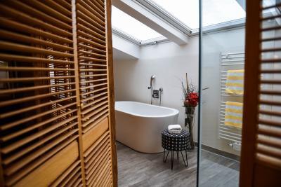 Modernes Bad mit Blick auf die Sterne in der Suite Schwalbennest