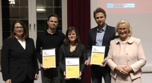 Ulrike Westkamp (Bürgermeisterin der Stadt Wesel, l.) und Sigrid Baum (Jury-Vorsitzende und Vorsitzende Presseclub Niederrhein, r.) mit den Preisträgern Björn Stephan (2.Platz), Anja Reumschüssel (3.Platz) und Dominik Stawski (1.Platz),Foto: Mustafa Gülec