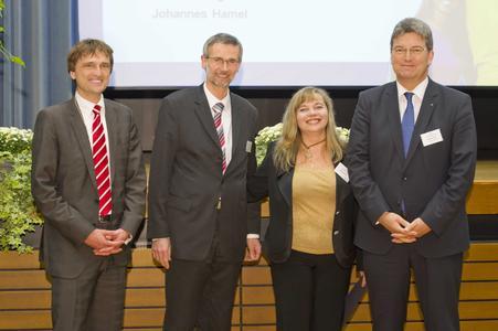 Im Beisein von Präsident Prof. Dr. Andreas Bertram (li.) vergeben Eckhard Lammers (IHK) und Matthias Selle (Kreisrat) das von HIROS Hochschulinitiative Region Osnabrück gestiftete Stipendium an Olga Dahlke