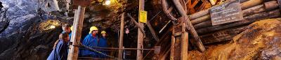 Geheimnisvolle Tiefe: Am Silberberg im niederbayerischen Bodenmais können Gäste in Bergmannskluft den mehr als 600 Meter langen Barbarastollen erkunden. Seit dem 12. Jahrhundert wurden hier verschiedenste Erze und Mineralien gefördert. Foto: obx-news