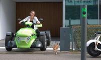 Ein Beispiel für nachhaltige Mobilität: der elektrisch angetriebene AtTrack TE 700, der weltweit einzige Dreisitzer in Reihe, der den Fahrspaß eines Motorrads mit der Sicherheit eines vierrädrigen Pkws vereint und kostbare Umweltressourcen schont