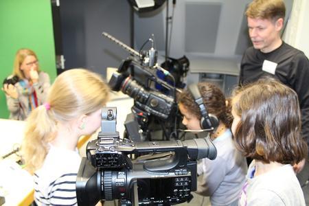 """Schülerinnen beim Workshop """"Star sein einmal anders – vor und hinter der Kamera""""  mit Erling Henze"""