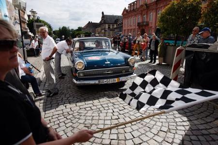 Opel Kapitän 1962 mit Panorama-Windschutzscheibe bei der Zieleinfahrt der Paul Pietsch Classic 2013