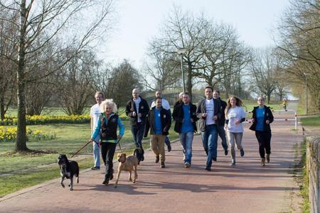 In den Startlöchern: Das Organisations-team des 11. Charity-Laufs gemeinsam mit Heidrun Deters (2.v.r) und Hochschulpräsident Andreas Bertram (4.v.r.)