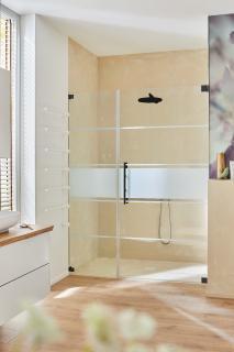 Die Glasdusche Omega Black Edition besticht hier als Nischenlösung mit einem Siebdruck in mattweiß auf dem Duschenglas. Die seidenmatten Beschläge der Dusche kommen hier besonders gut zur Geltung.