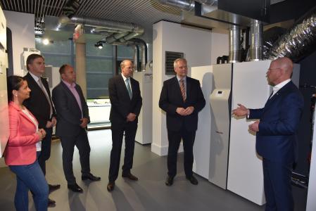 Frank Jahns, Geschäftsführer der deutschen Vertriebsgesellschaft von STIEBEL ELTRON (rechts), präsentierte den Besuchern den Energy Campus und das Produktportfolio des Unternehmens - hier die All-in-One-Haustechniklösung für den Einfamilienhausneubau, die LWZ. Aufmerksame Zuhörer sind (von rechts) Minister Björn Thümler sowie seine lokalen CDU-Kollegen Thomas Juncker, Michael Schünemann, Uwe Schünemann und Tanya Warnecke