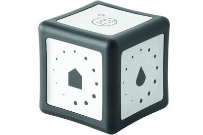 Der Bedienwürfel RL40 Cube macht das Lichtkonzept des RL40 Spiegelschranks zu einer runden Sache: Mit seinen alufarbigen Symbolfeldern erschließt er dem Badnutzer mit spielerischer Leichtigkeit den Comfort digitalen Wohnens. Mit dem Cube wird die Produktreihe RL40 Room Light von burgbad um ein Bedienelement ergänzt, das Wireless in das RL40 Lichtnetzwerk integriert werden kann. (Foto: burgbad)