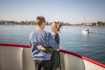 Konstanz Bodensee Schifffahrt BSB Ausflug Liebespaar Deck Blick auf Konzil Segelboot - Herbst, Copyright MTK Dagmar Schwelle