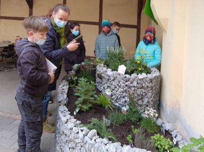 Hort-Leiterin Manuela Schildhauer freut sich mit den Kindern über die NektarTankstelle und das WildbienenHaus  Bildnachweis: Frank Henze / MaM