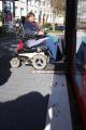 Sarah Baumgart, Beauftragte für die Belange von Menschen mit Behinderungen bei der Stadt Freiburg, testet die Einstiegsmöglichkeit