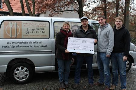 Birgitta Marquardt-Meer bekommt von den Studenten der Hochschule Osnabrück, Henning Kempkes, Florian Hollmann und Thorsten Lusmöller (v.l.n.r.) einen Scheck über 1.000 Euro überreicht
