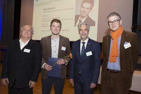 Sie freuten sich mit Denis Schmitz (2. von links) über seinen StudyUp-Award: (von links) Roland Ast, Ingenieur bei der BMW M GmbH, Siegward Schneider, Vorstandsvorsitzender der Kreishandwerkerschaft Osnabrück, sowie Prof. Dr. Christian Schäfers von der Hochschule Osnabrück (Foto: S. Hehmann)