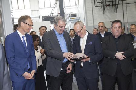 Hoher Besuch: Zur Einweihung des neuen Zentrums für Hochgeschwindigkeitsfräsen kamen Opel-Finanzchef Michael Lohscheller, der Opel-Gesamtbetriebsratsvorsitzende Wolfgang Schäfer-Klug, Opel Group CEO Dr. Karl-Thomas Neumann sowie Mark E. Leavy, GM Director Global Design Operations (von links). Foto Opel AG