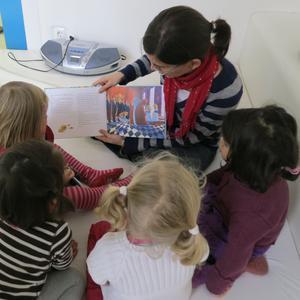 Katharina Knolle, Referentin im Gleichstellungsbüro der Hochschule liest den Jungen und Mädchen vor