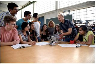 Erleben die Berufsschullehrerausbildung ganz praktisch: Die Teilnehmer beim Schülercampus spezial 2017 mit ihren Betreuern Dr. Matthias Holl (l.), Gül Tekcan (4. v. r.) und Berufschullehrer Rainer Hertle (2. v. r.) in der Maschinenbauschule Landshut
