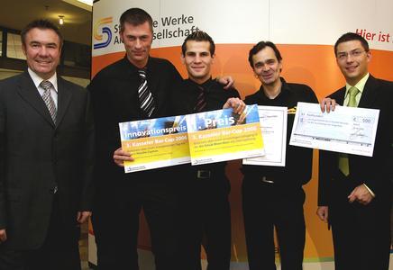 Zum Gewinn geschüttelt – die Vorjahressieger Uwe Koch (2.v.r.) und Marc Seibert (2.v.l.) sowie Bar-Cup-Initiator Stefan Welsch (l.), Prokurist der Städtische Werke AG.