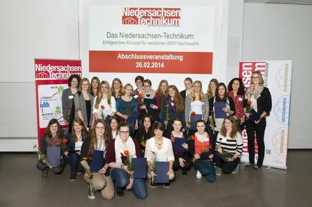 """27 junge Frauen absolvierten das """"Niedersachsen-Technikum"""", das die Hochschule und die Universität Osnabrück zusammen mit 24 regionalen Unternehmen angeboten haben"""