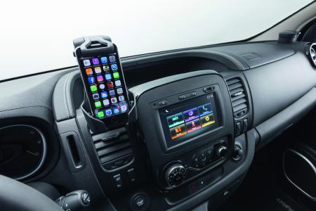 Beste Unterhaltung: Das moderne Infotainment-System Navi 50 IntelliLink mit Smartphone-Halterung. Auf Wunsch ist für den Opel Vivaro Sport auch das neue Navi 80 IntelliLink mit Echtzeit-Verkehrsinfos erhältlich