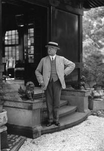 Carl Duisberg vor dem Teehaus im Japanischen Garten, Foto: Bayer AG