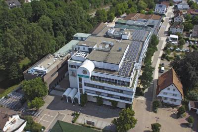 Die Hansgrohe Group hat das Geschäftsjahr 2018 mit einem erneuten Umsatzrekord abgeschlossen. Das gaben am 11. März 2019 Hans Jürgen Kalmbach, Vorsitzender des Vorstands, und seine Vorstandskollegen auf der Jahres-Pressekonferenz des Armaturen- und Brausenspezialisten in Frankfurt am Main bekannt. Mit seinen beiden Marken AXOR und hansgrohe erzielte das global tätige Unternehmen einen Gesamtumsatz von 1,081 Milliarden Euro. Copyright: Hansgrohe SE / Drohnenflug Henn
