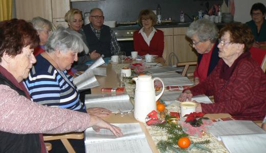 Seniorenbeauftragte Rosemarie Müller (rechts an der Stirnseite des Tisches) und Dr. Manfred Vogel (Mitte) informieren sich über die Arbeit im Seniorenkreis der Stadt Grebenau, der von Anette Ackermann (links) ins Leben gerufen wurde, Foto: Sabine Galle-Schäfer/Vogelsbergkreis