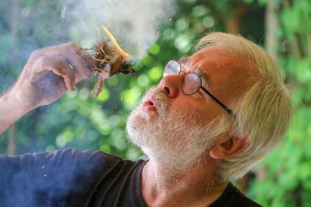 Eine Woche lang dreht sich in den Pfahlbauten alles um das Thema Feuer machen. Im Bild Jean-Loup Ringot (Copyright: Pfahlbaumuseum Unteruhldingen, einmaliger Abdruck frei)
