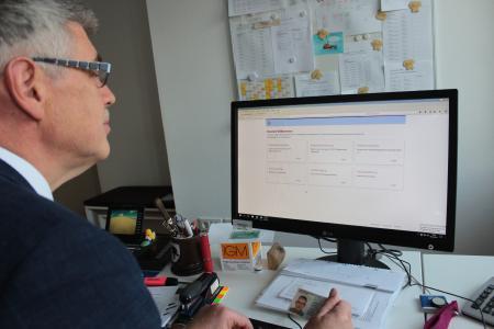 Landrat Manfred Görig probiert es aus: Autos können im Vogelsbergkreis jetzt auch online zugelassen werden (Foto: Sabine Galle-Schäfer/Vogelsbergkreis)
