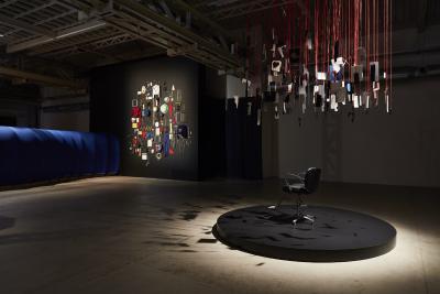 Die Installationen Cutting the Puppeteer's Strings with Paper Teeth (l.) und The Dream Machine is Asleep von Eva Kot'átková im Pirelli HangarBicocca