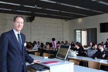 Prof. Dr. Hendrik Lackner begrüßte die knapp 120 Internationalen Studierenden an der Fakultät Wirtschafts- und Sozialwissenschaften der Hochschule Osnabrück