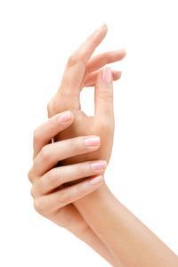 Auch wenn Frauen viel Zeit in die Maniküre investieren, zeigen sich die Nägel nicht immer von ihrer schönsten Seite (Foto: djd/preval Dermatica/fotolia.com/hacohob)