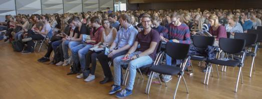 Noch sind sechs freie Plätze zu sehen. In der Aula am Westerberg waren aber auch diese Stühle beim Beginn der Begrüßungsfeier für die Erstsemester an der Hochschule Osnabrück schnell besetzt