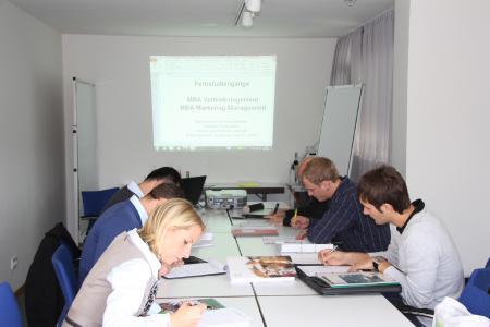 Fernstudierende während einer Präsenzveranstaltung am Standort Augsburg