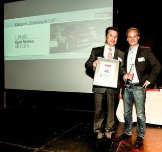 Doppelte Freude: Vertriebs-Mann Saile feiert mit Laudator und Off-Road-Redakteur Julian Hoffmann den ersten Platz des Opel Mokka