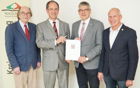 Bescheidübergabe für eine sinnvolle Interkommunale Zusammenarbeit (v.l.): Rainer-Hans Vollmöller (Bürgermeister Lauterbach), Dr. Christoph Ullrich (Regierungspräsident), Manfred Görig (Landrat) und Heinrich Muhl (Stadtrat Alsfeld) (Foto: © RP Gießen)