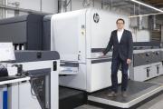 Bereits seit August 2019 ist die HP Indigo 100K am deutschen Produktionsstandort von Onlineprinters in Neustadt an der Aisch im Einsatz. Die Digitaldruck-Experten der Onlinedruckerei, die in Deutschland unter der Marke diedruckerei.de auftritt, konnten sich im laufenden Betrieb vom neuesten Modell aus der HP-Indigo-Reihe überzeugen. Bereits im Vorfeld hatten Jürgen Winkler, Director Operations von Onlineprinters, und sein Team die Gelegenheit, an der Entwicklung der neuen Maschine mitzuwirken / Copyright: Thomas Paulus/Onlineprinters GmbH