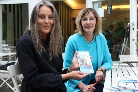 Haben gemeinsam am neuen Programmheft gearbeitet: Christiane Finner, Leiterin der Koordinierungsstelle Frau und Beruf (l.) und ihre Kollegin Dagmar Ludwig