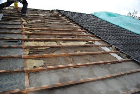 """So sieht es unter vielen Dacheindeckungen aus – und damit wird die Wärmedämmung nach der EnEV 2014 nach DIN 4108-2: 2013-02 nicht erfüllt. Außerdem wird teure Energie unnötig """"verheizt""""."""